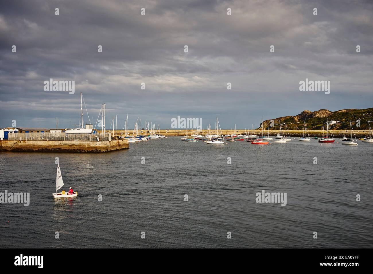 Vista de los veleros y el puerto de Howth, la Bahía de Dublín, República de Irlanda Foto de stock