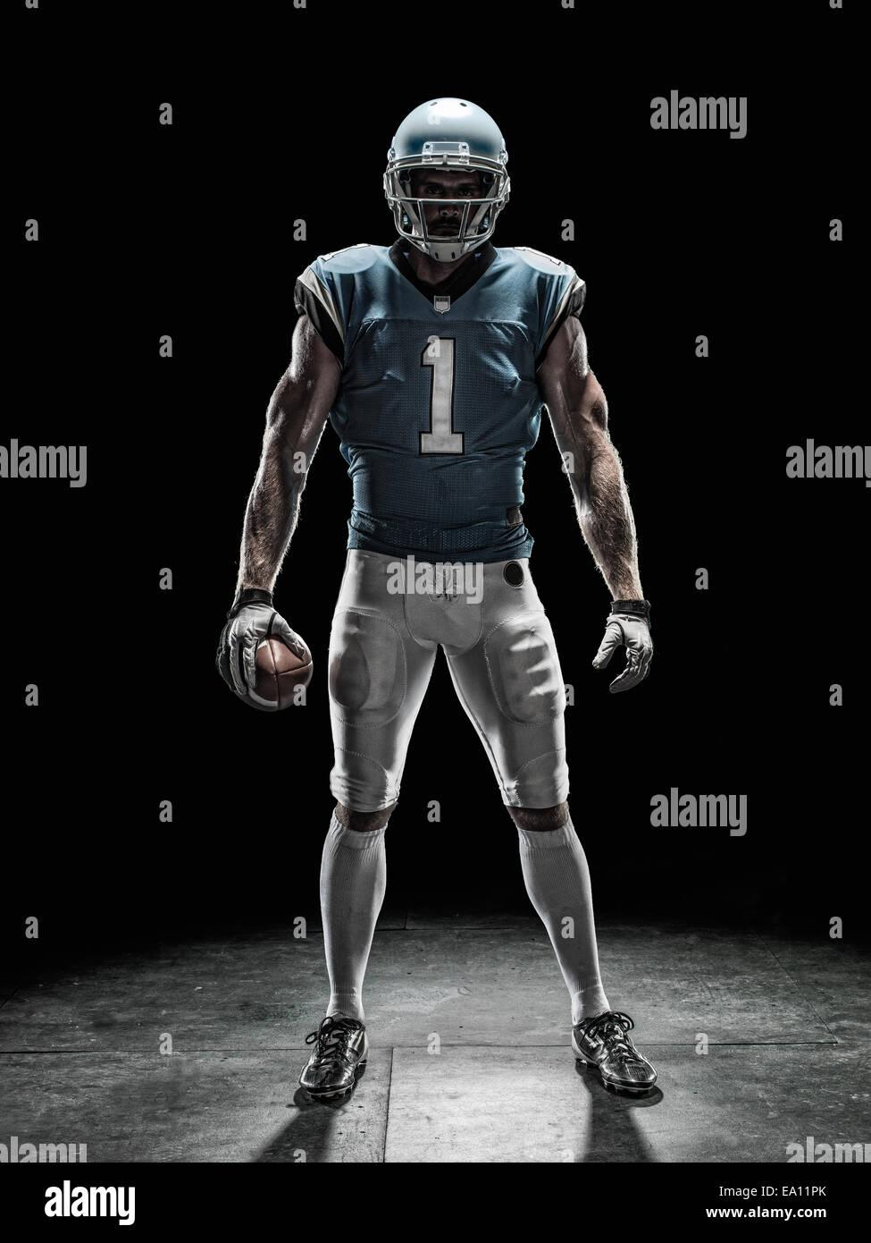 El jugador de fútbol sosteniendo la bola Imagen De Stock