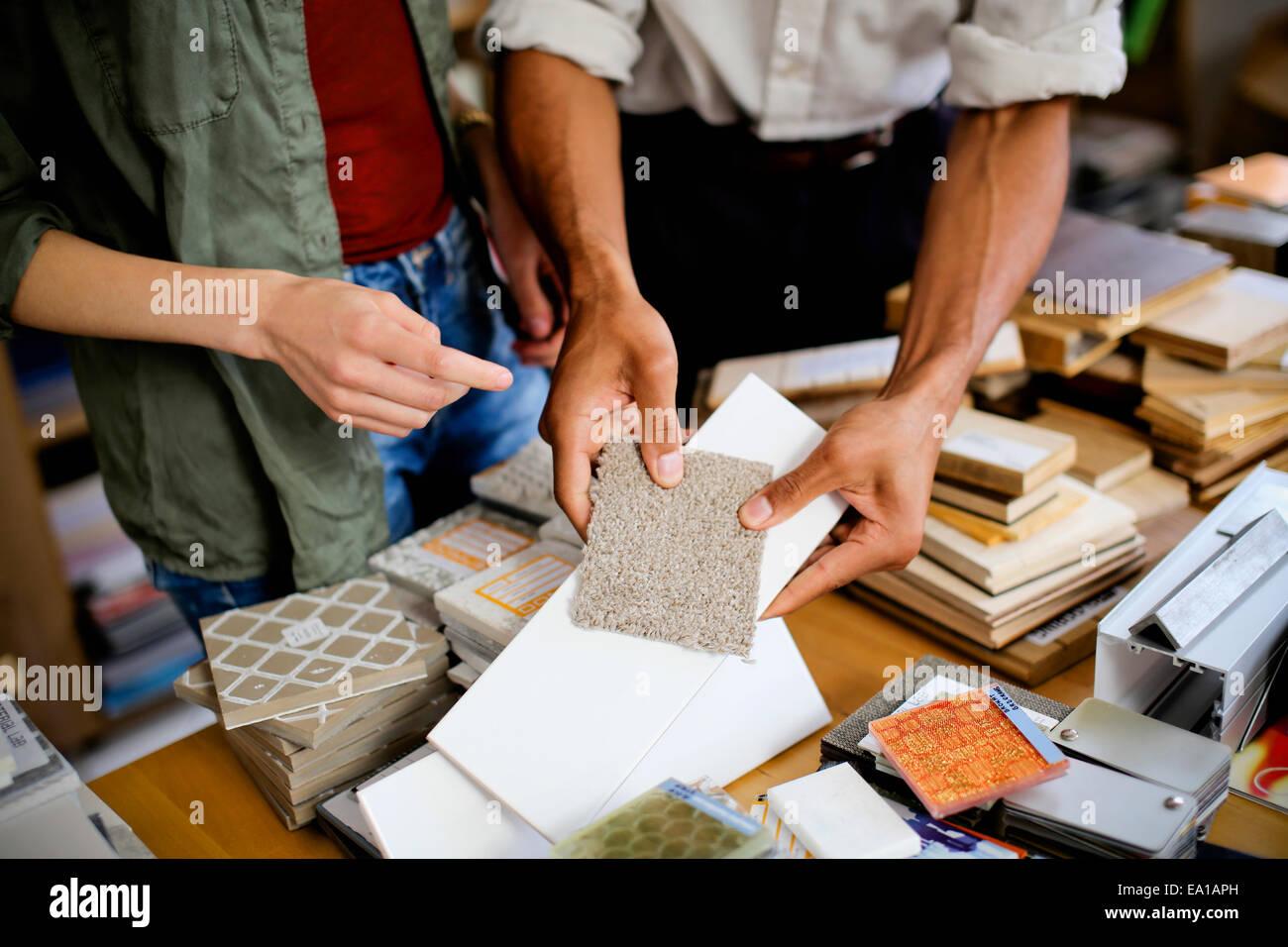 Los diseñadores haber discusión sobre muestras Imagen De Stock