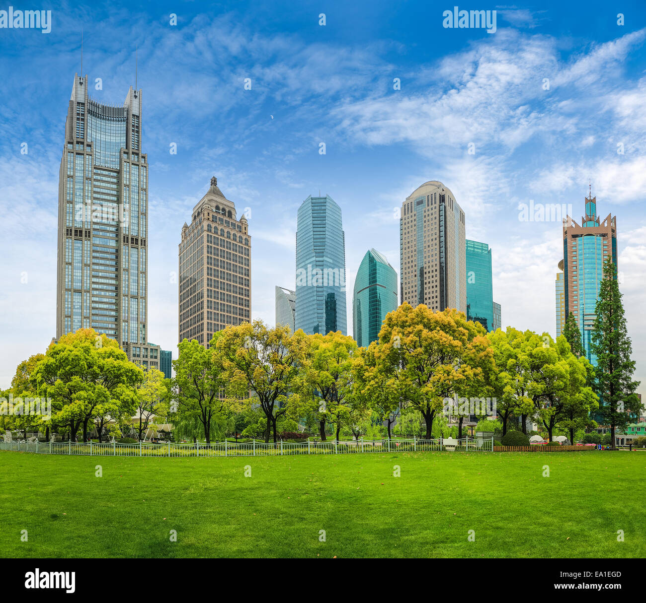 City Park greenbelt con edificio moderno. Imagen De Stock