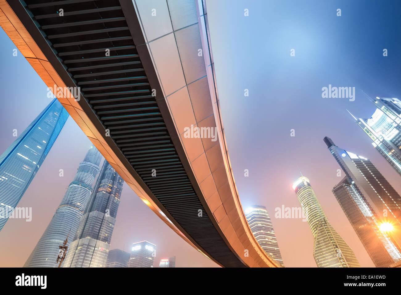 Vista nocturna de la metrópolis moderna en Shanghai Imagen De Stock