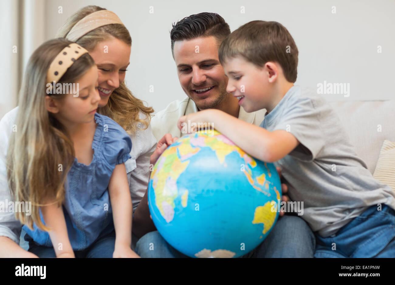 Familia buscando lugares en el mundo Imagen De Stock