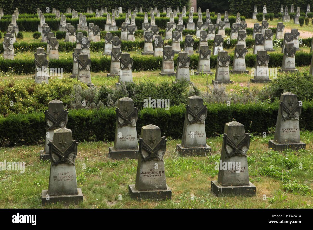 Las tumbas de los soldados soviéticos caídos durante la guerra fría en el cementerio de la Guarnición Imagen De Stock
