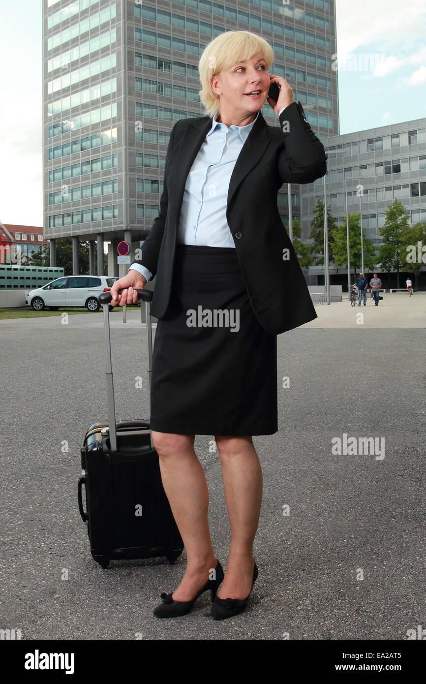 Una mujer de negocios en viaje busniess con teléfono móvil Imagen De Stock