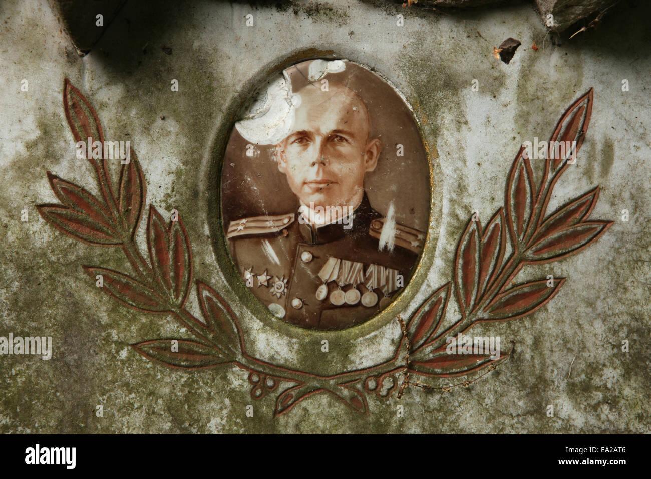 Foto rota en la tumba del oficial militar soviético Ivan Schelkov guarnición soviética en el cementerio Imagen De Stock