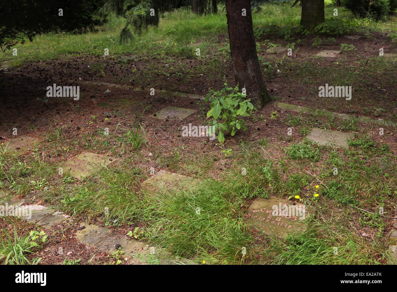 Las tumbas de soldado soviético que murió durante la guerra fría en el cementerio de la Guarnición Imagen De Stock