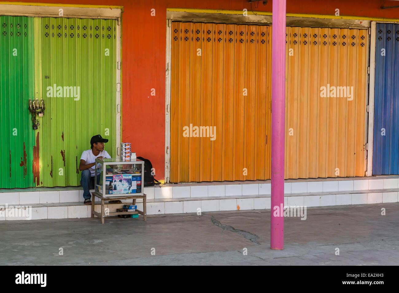 El hombre la venta electrónica de pequeñas compras en la capital, Dili, Timor Oriental, Sudeste Asiático, Asia Foto de stock