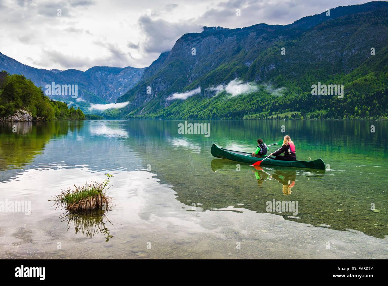 Madre e hijo canotaje en el lago de Bohinj, el Parque Nacional de Triglav, Alpes Julianos, Eslovenia, Europa Imagen De Stock