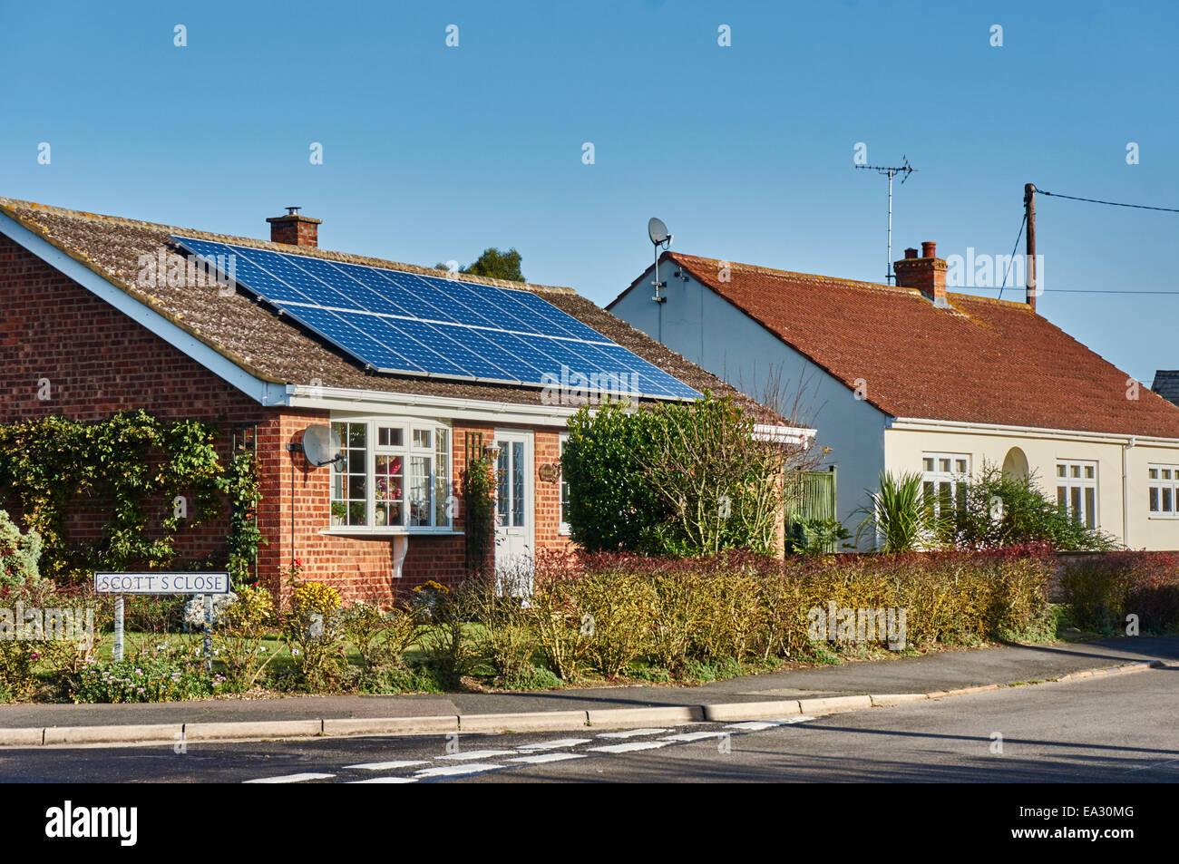 Bungalow con paneles solares instalados en el techo, mirando al sol en Langtoft village, Lincolnshire, cerca de Imagen De Stock