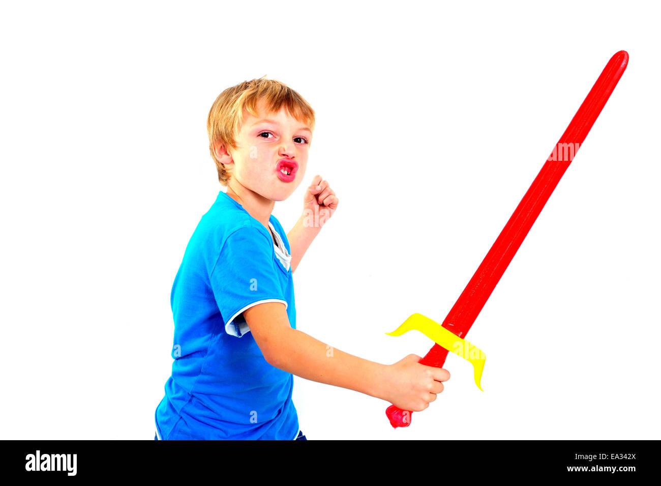 Un joven jugando con la espada sobre un fondo blanco. Foto de stock