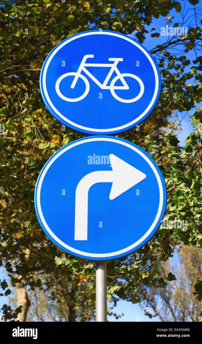 Señal de carretera azul holandés con la flecha gire a la derecha para bicicletas Imagen De Stock