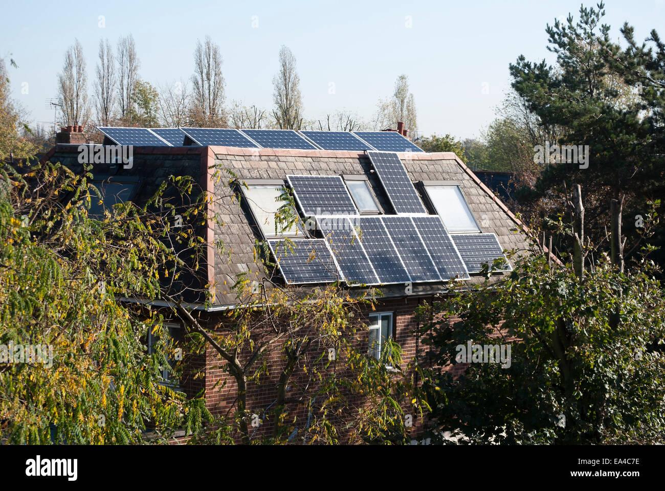 Los paneles solares que cubren el exterior de una casa en Chiswick, Londres, Inglaterra Imagen De Stock