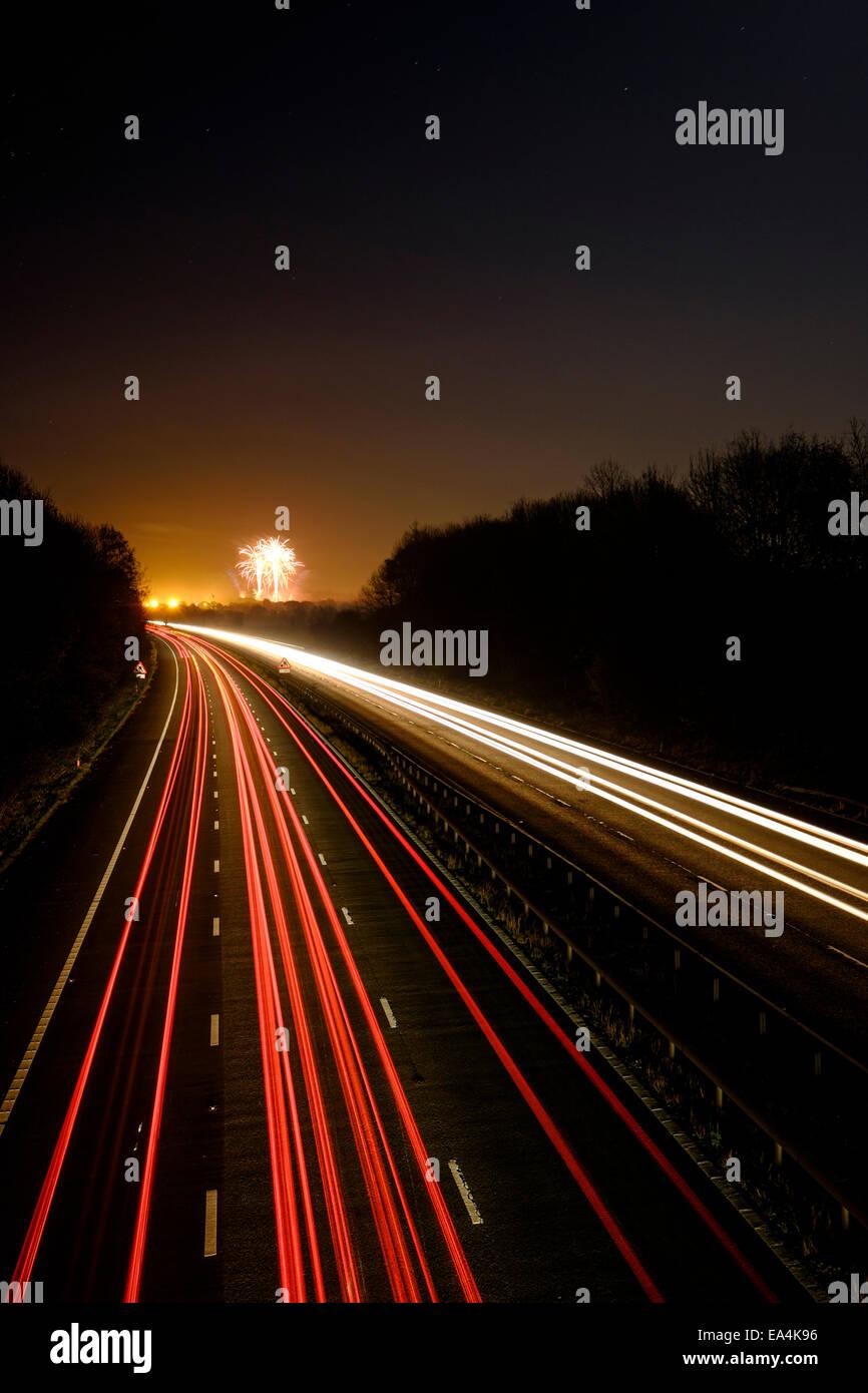 Fuegos artificiales iluminan el cielo en la noche de la hoguera al final de la autopista M55 en Preston en Lancashire Foto de stock