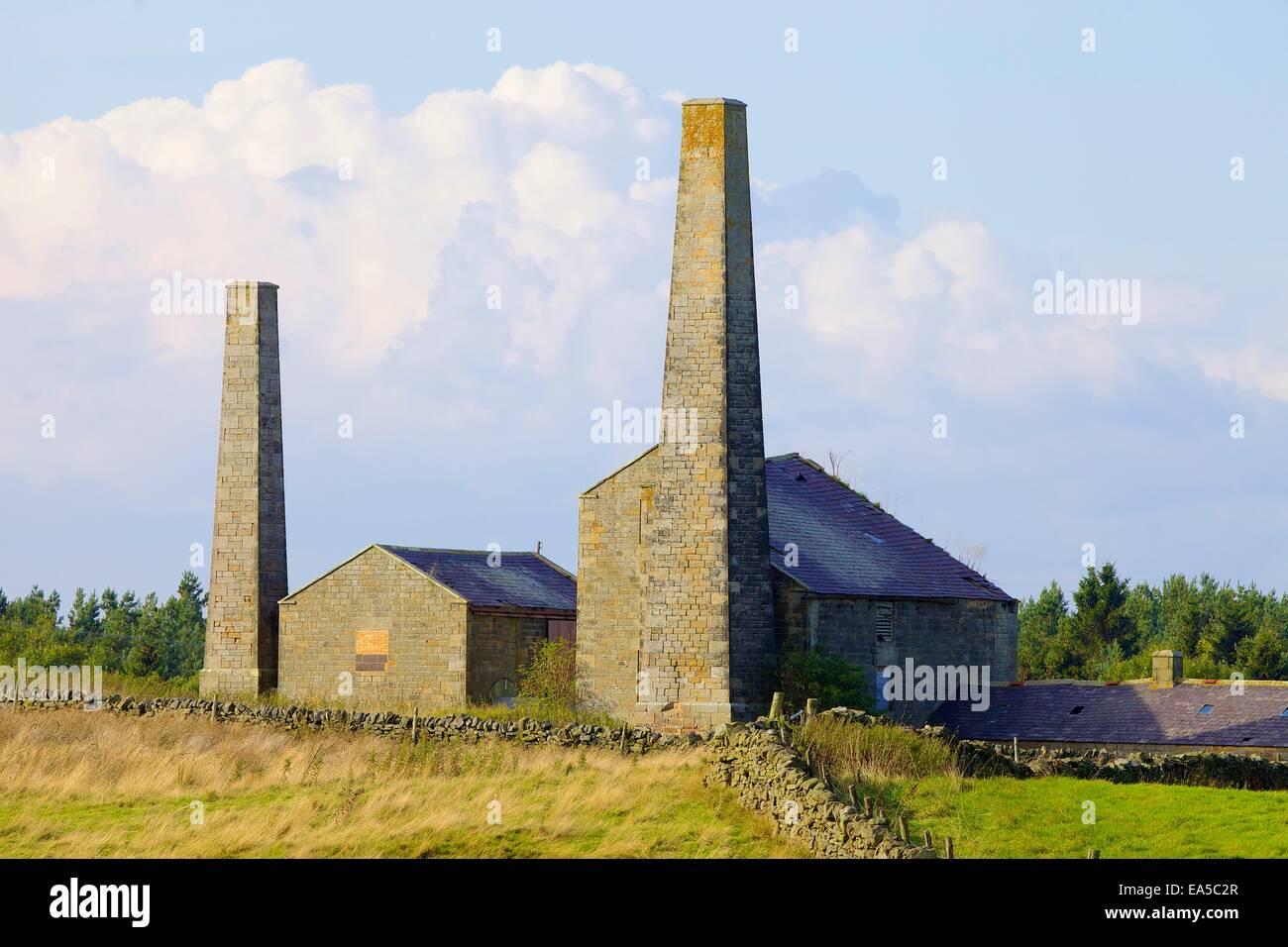 La minería de plomo antiguas chimeneas y edificios, granja, Stublick Stublick Moor, Allendale Town, Northumberland, Imagen De Stock