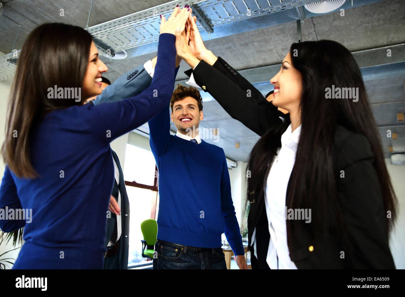 Equipo empresarial es la celebración de manos juntas. Elevando una mano hacia arriba Imagen De Stock