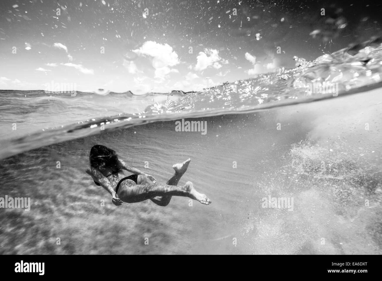 Mujer nadar Imagen De Stock