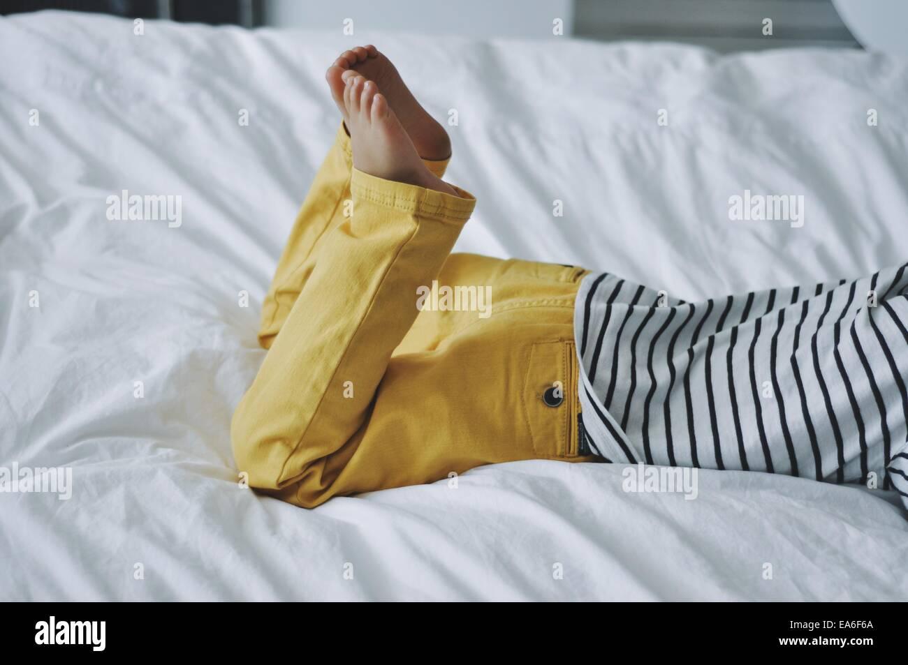 Niño acostado en la cama Imagen De Stock