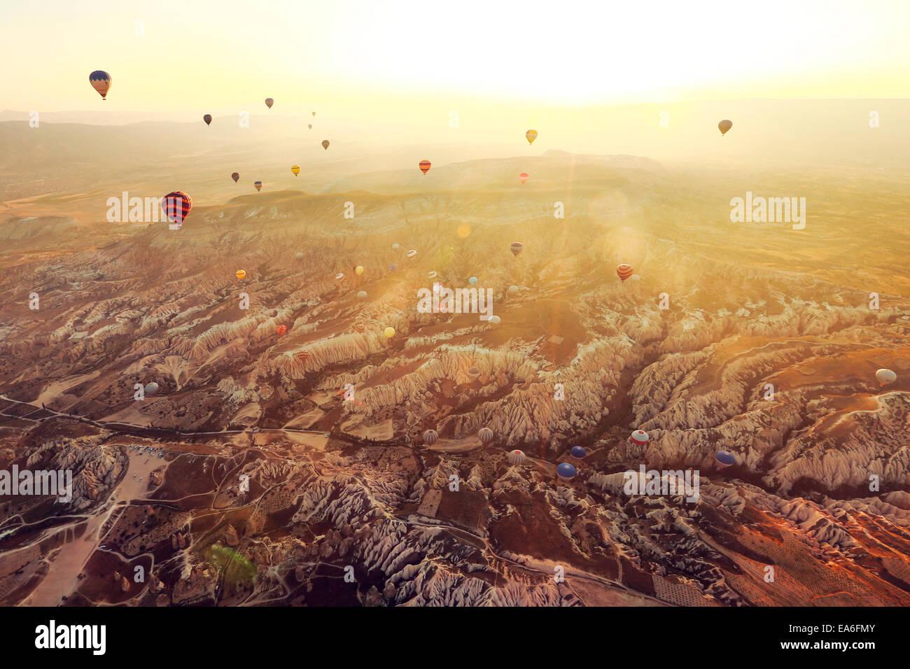 Globos aerostáticos volando por encima de Cappadocia, Turquía Imagen De Stock