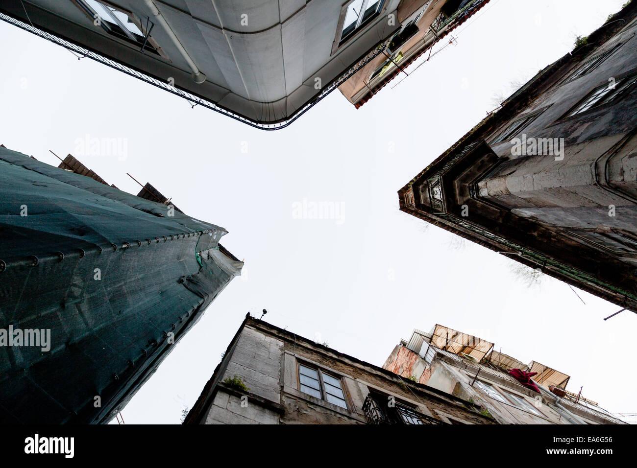 Portugal, Lisboa, ángulo de visión baja de casas Foto de stock