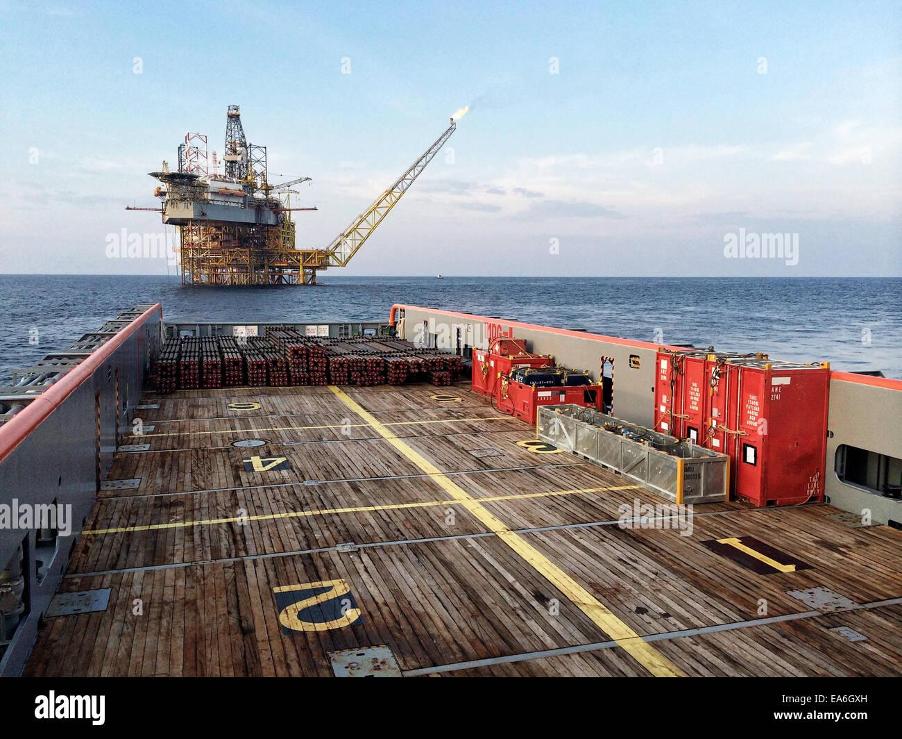 Transporte de carga a la plataforma de gas y petróleo por buque offshore Imagen De Stock