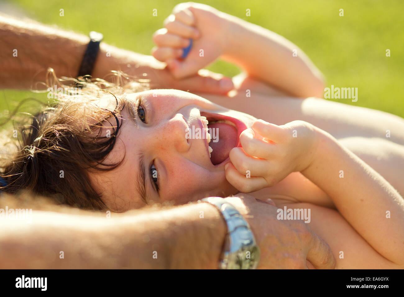 Chica se hace cosquillas y riendo Imagen De Stock