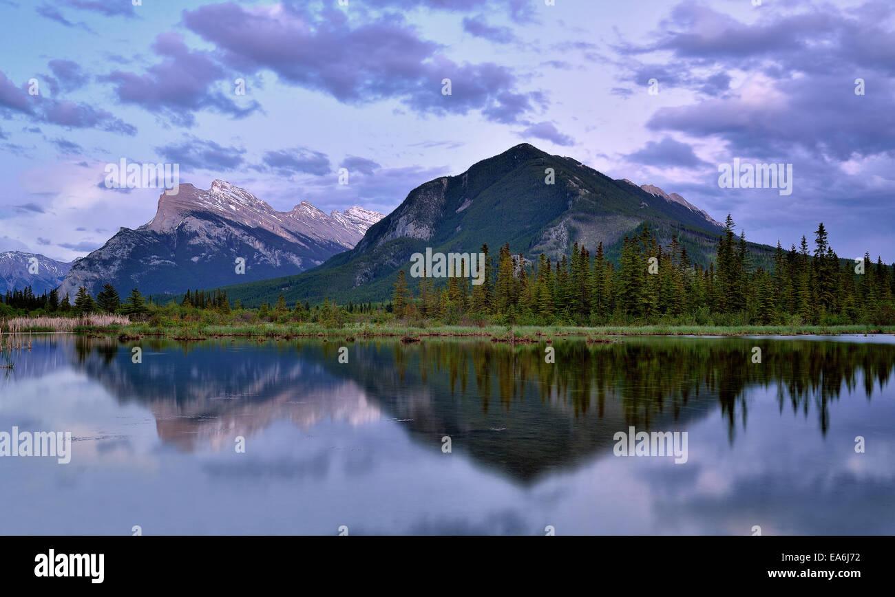 Canadá, El Parque Nacional Banff, Vista de Vermilion Lakes al atardecer Imagen De Stock