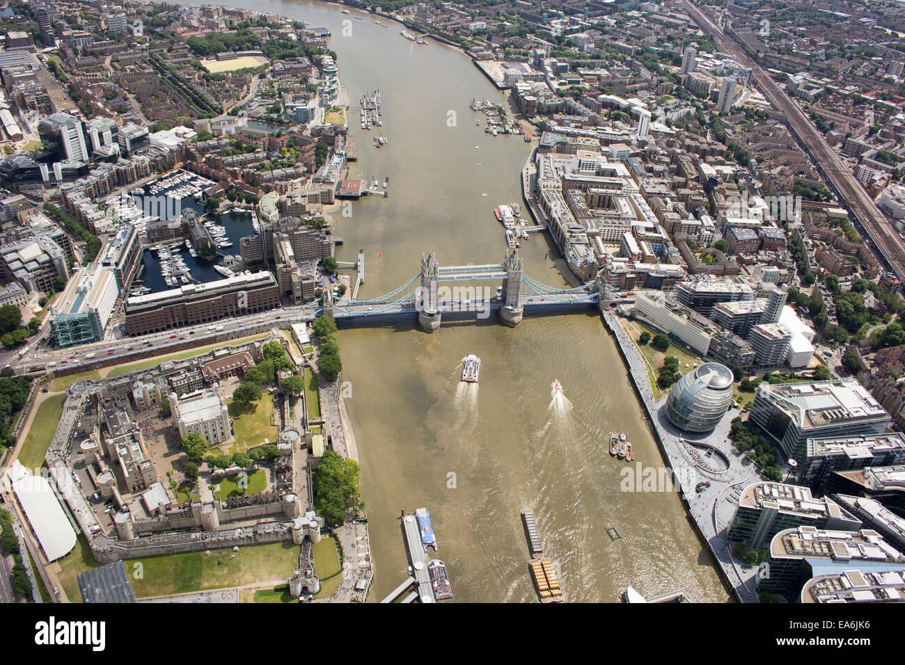 Vista aérea del Tower Bridge y la ciudad, Londres, Inglaterra, Reino Unido Foto de stock