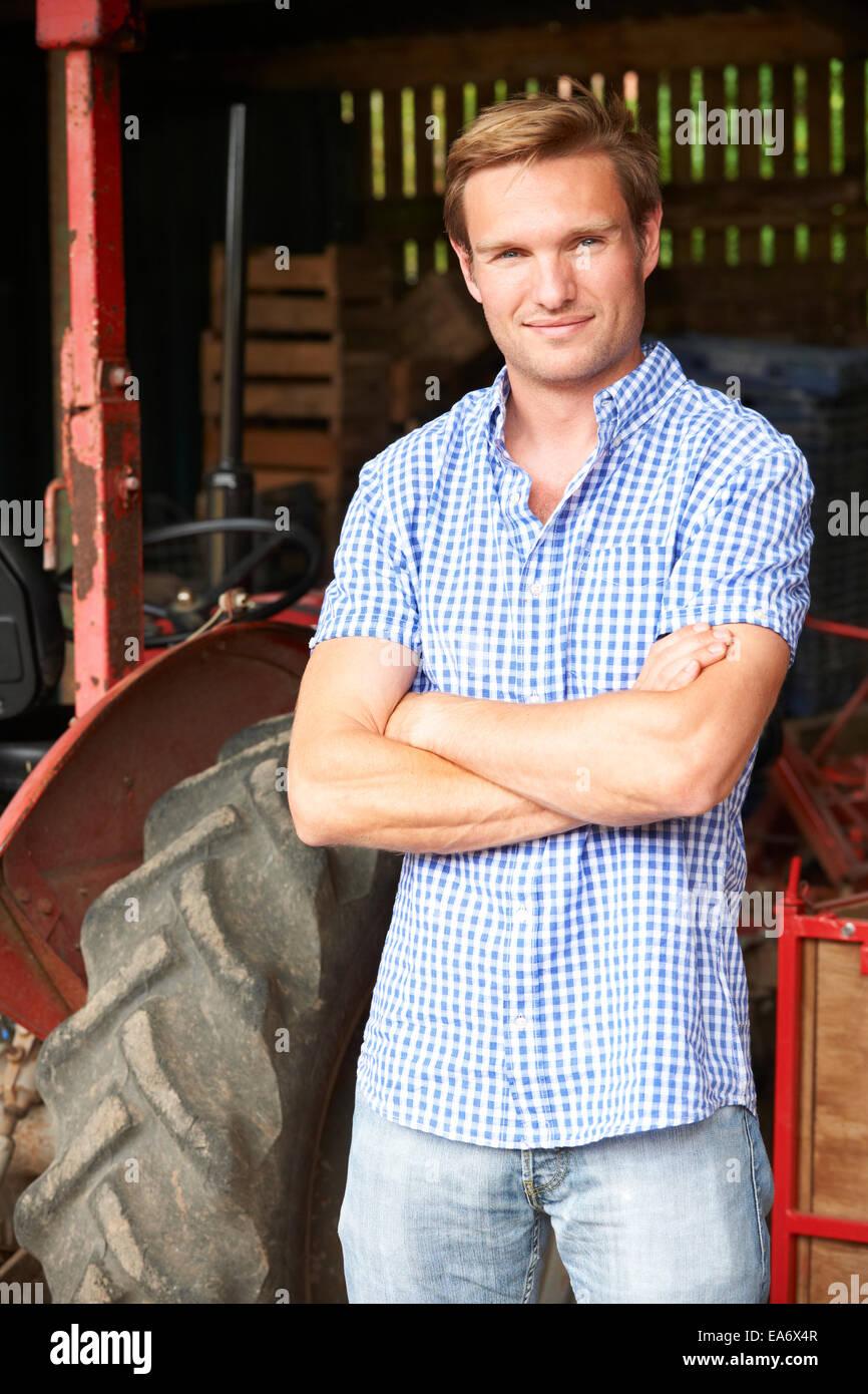 Retrato de agricultor con tractor antiguo Imagen De Stock