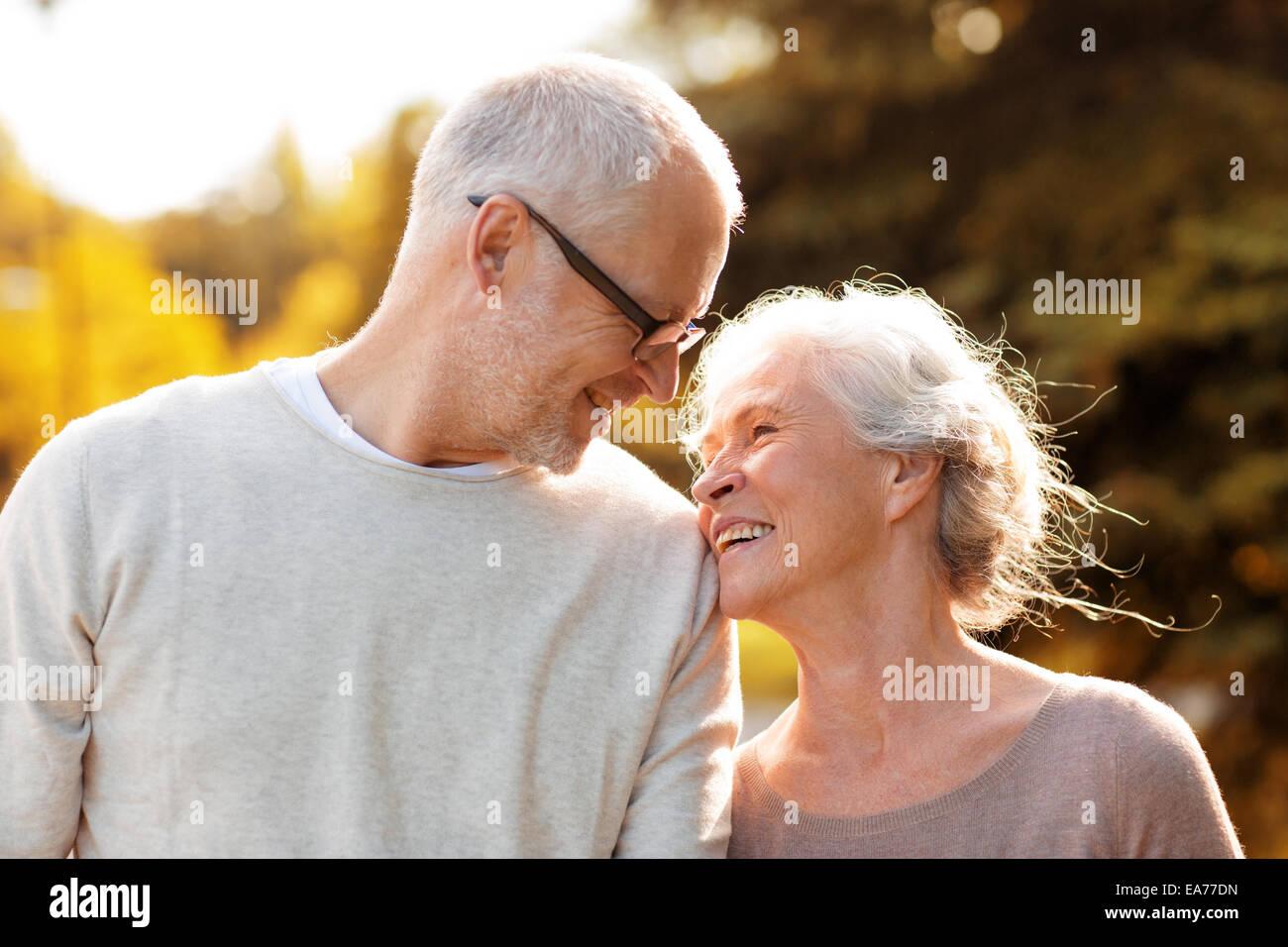 Las parejas ancianas en estacionamiento Imagen De Stock