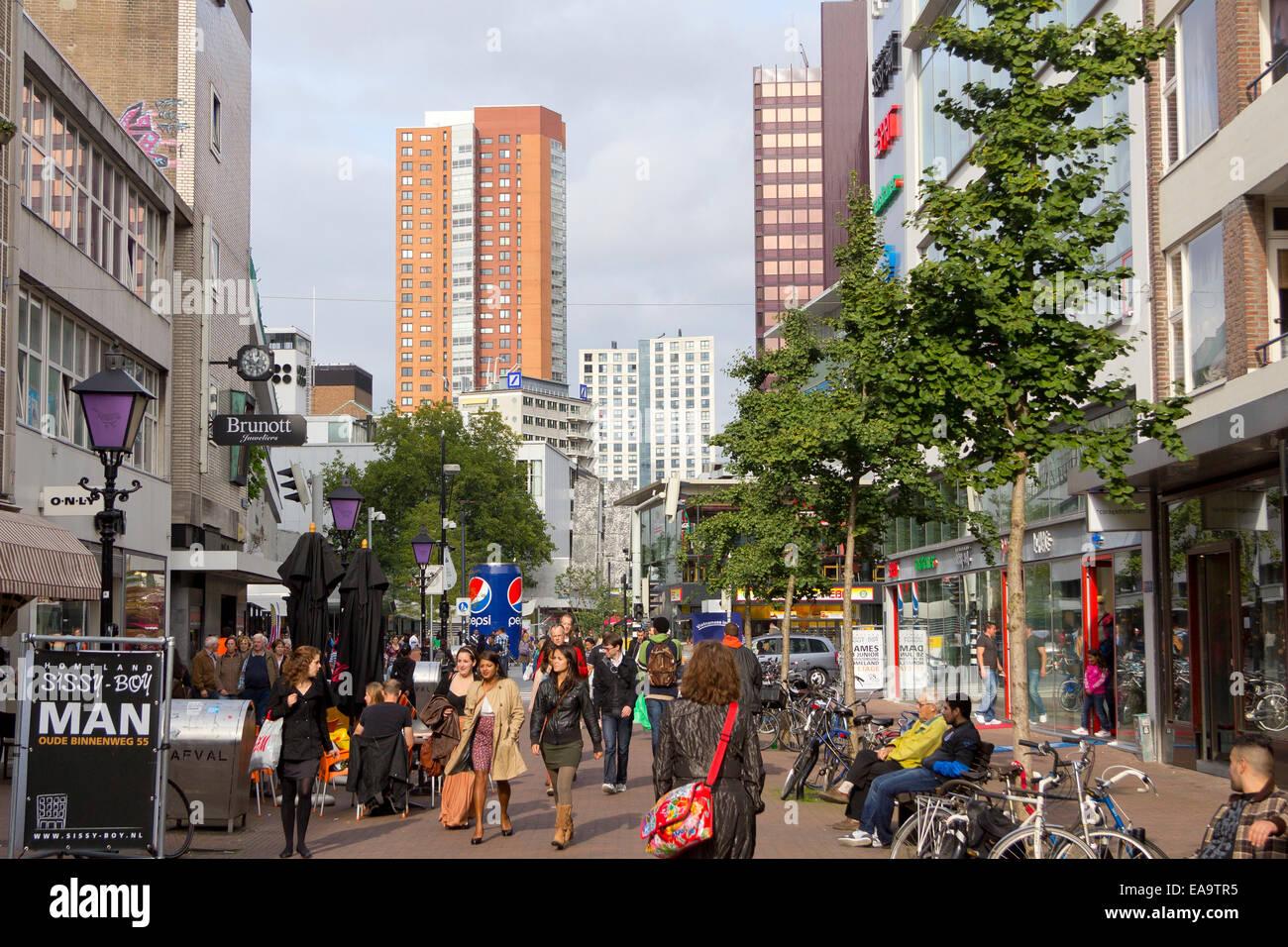 La concurrida calle comercial de Oude Binnenweg, Rotterdam, Países Bajos. Imagen De Stock