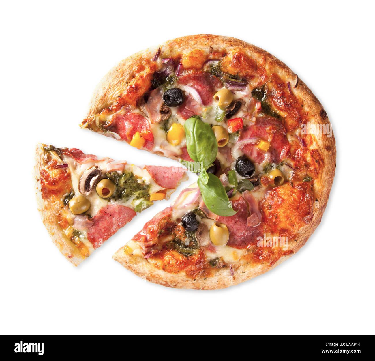 Deliciosas pizzas enteras aisladas sobre fondo blanco. Imagen De Stock