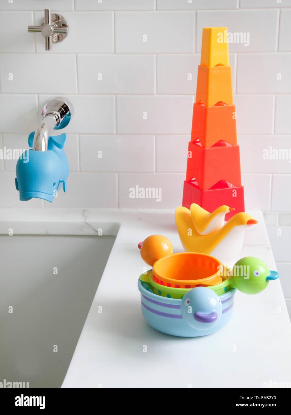 Juguetes de baño del niño sobre el borde de la bañera en casa Imagen De Stock