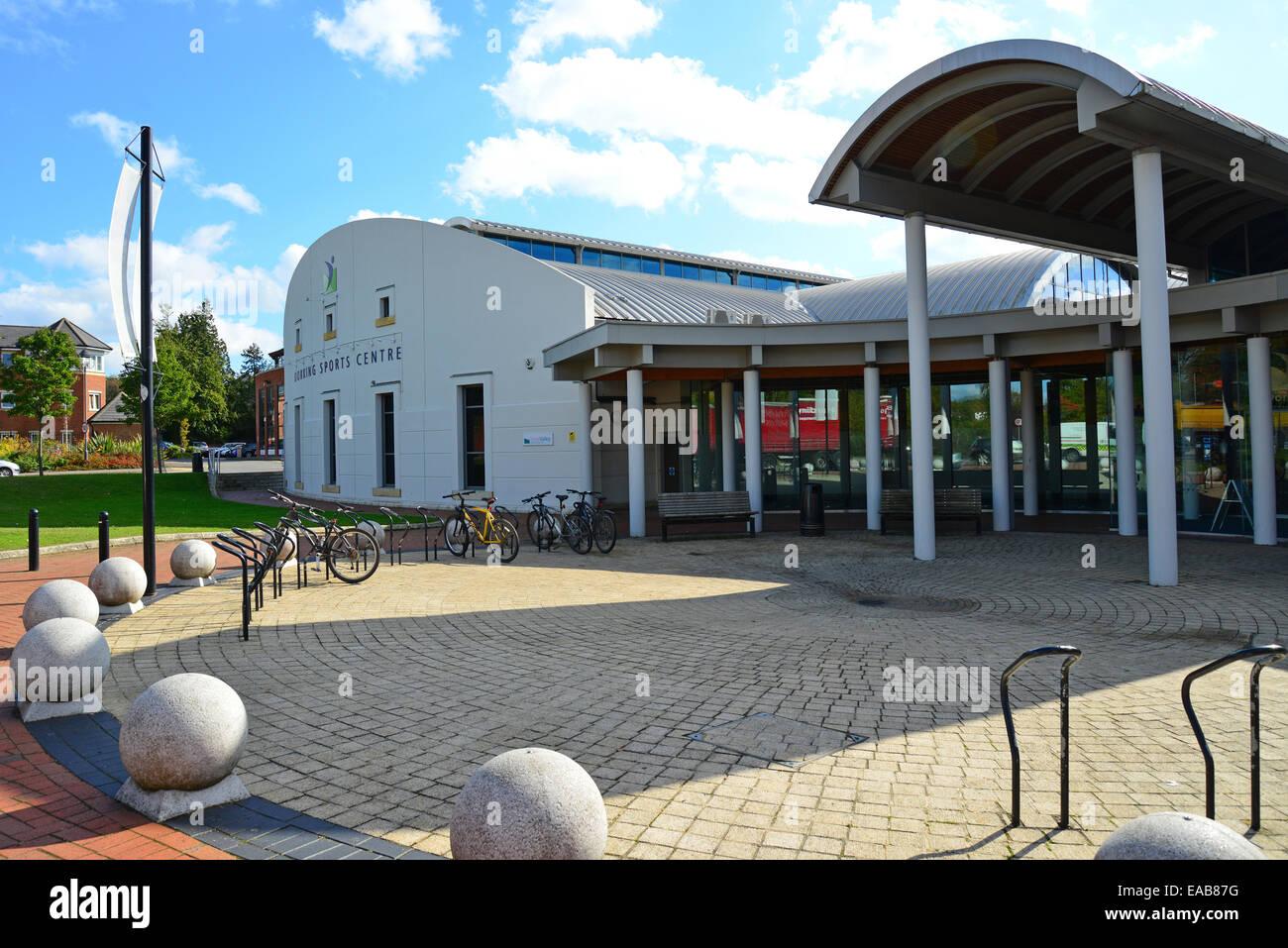 Entrada al centro deportivo de Dorking, High Street, Dorking, Surrey, Inglaterra, Reino Unido Imagen De Stock