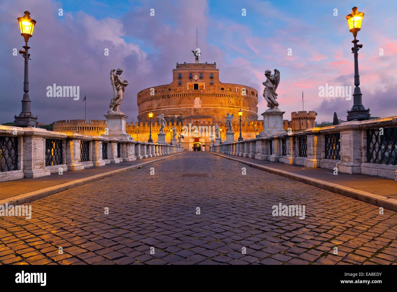 Imagen de el Castillo del Santo Ángel y Santo Ángel Puente sobre el río Tíber en Roma al amanecer. Imagen De Stock