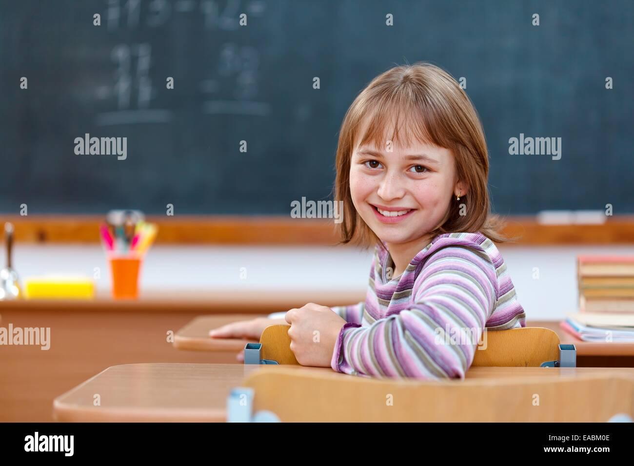 Niña de la escuela elemental en la clase 0105e513db9