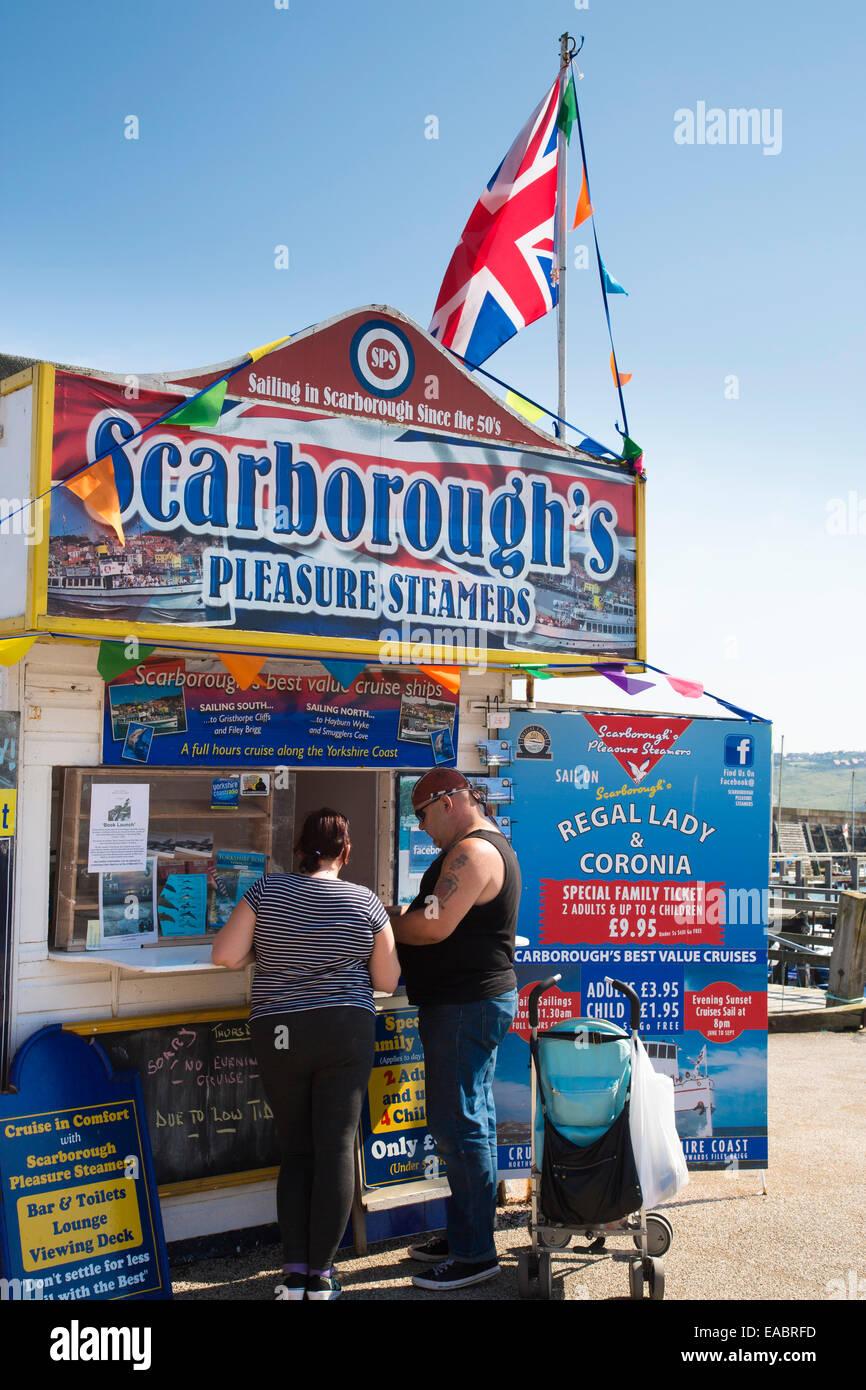 Holiday Makers reservar un viaje en barco, Scarborough Imagen De Stock