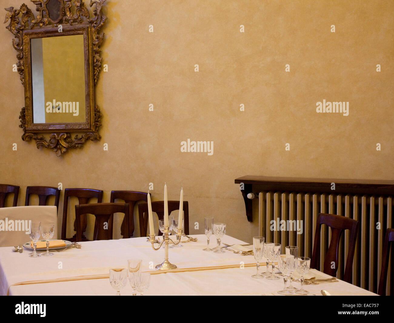 Velas de Mesa vestida de blanco de mesa comedor Imagen De Stock