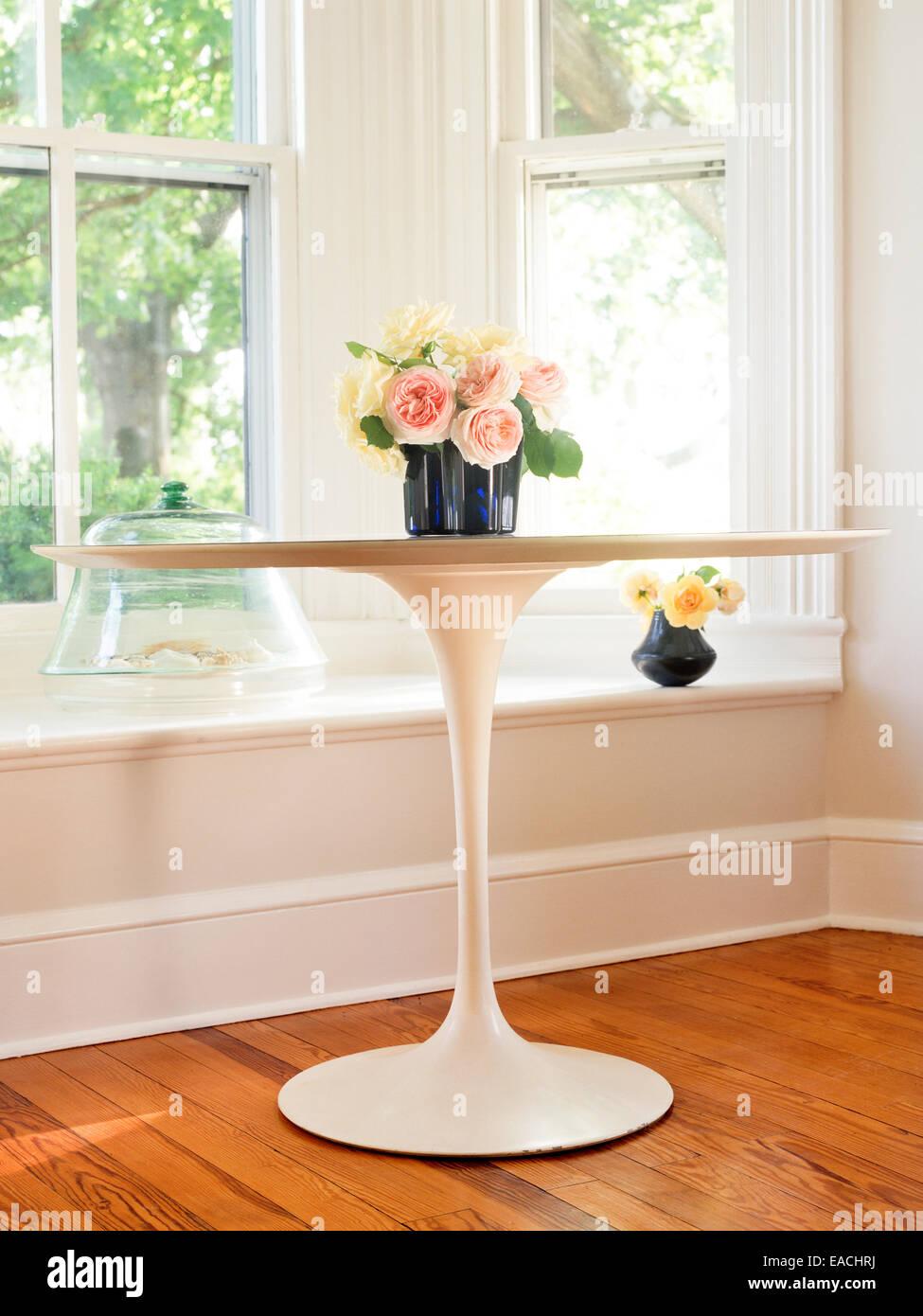 Eero Saarinen mesa con rosas Imagen De Stock