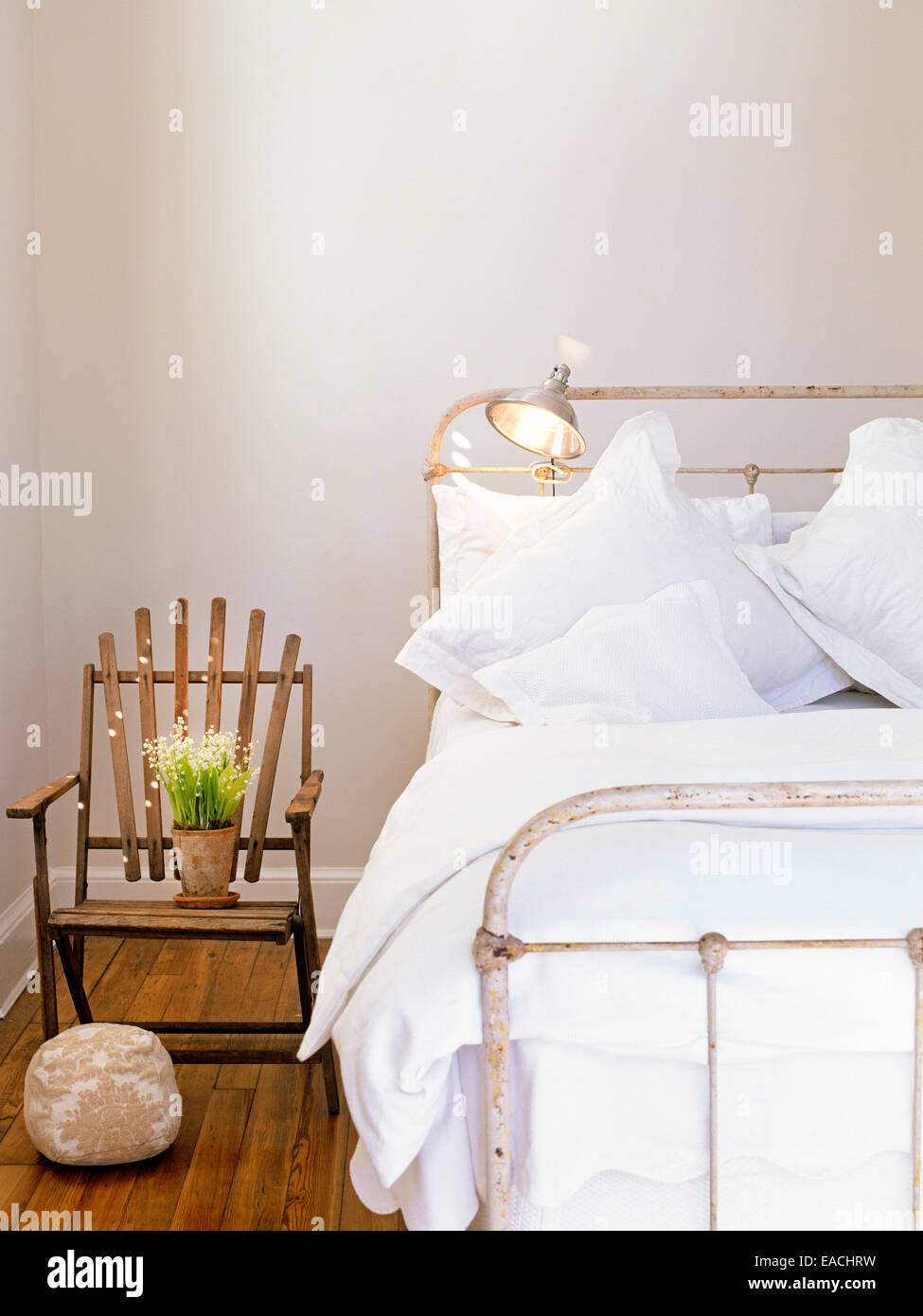 Dormitorio con cama de antigüedades y flores. Imagen De Stock