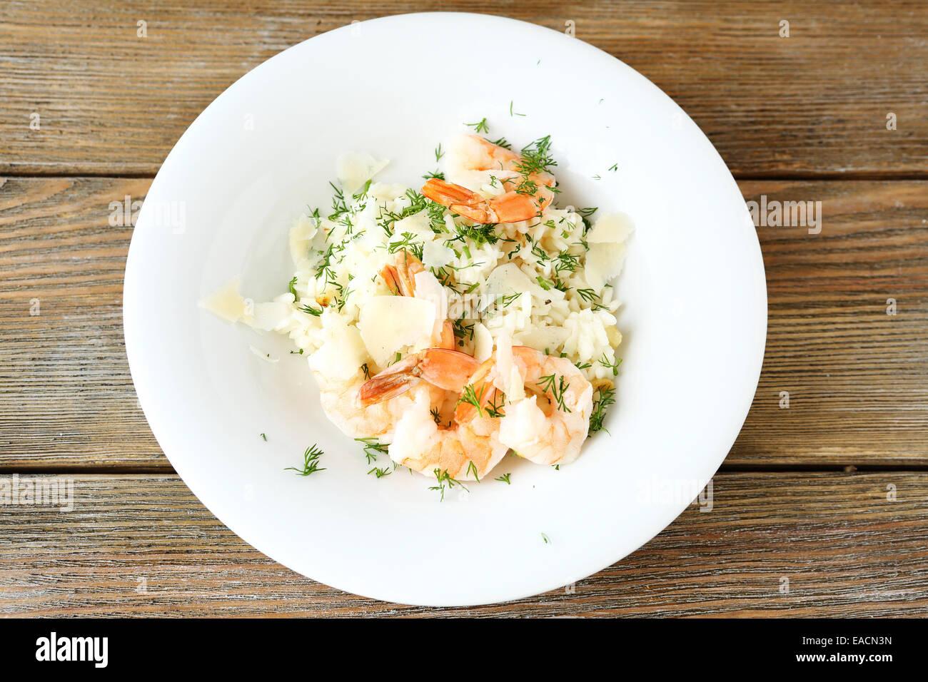 Sabroso risotto con camarones y eneldo, alimentos Foto de stock