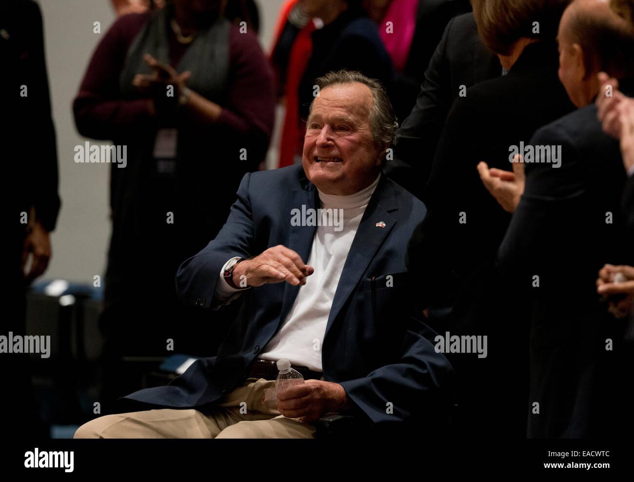 """College Station, Texas, EE.UU. 11 de noviembre de 2014. El ex presidente estadounidense George H. W. Bush olas como su hijo, el ex Presidente George W. Bush habla sobre su nuevo libro, '41_un retrato de mi padre"""" durante un evento del libro en la biblioteca de Bush en Texas A&M University. Bush, de 90 años, fue el 41º Presidente de los Estados Unidos. Crédito: Bob Daemmrich/Alamy Live News Foto de stock"""