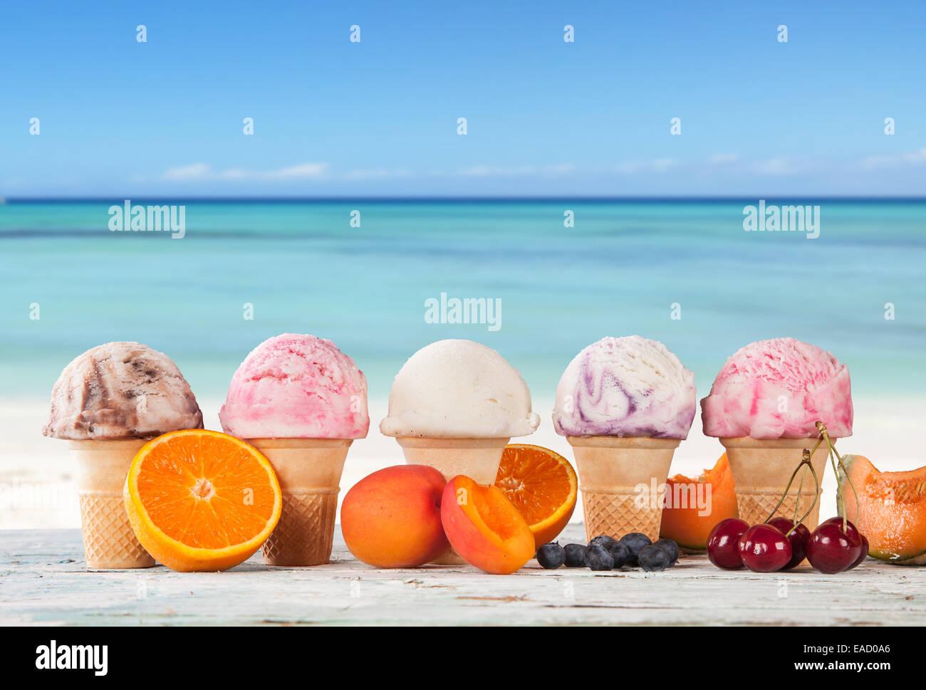 Conjunto De Varios Tipos De Helados De Frutas En La Terraza