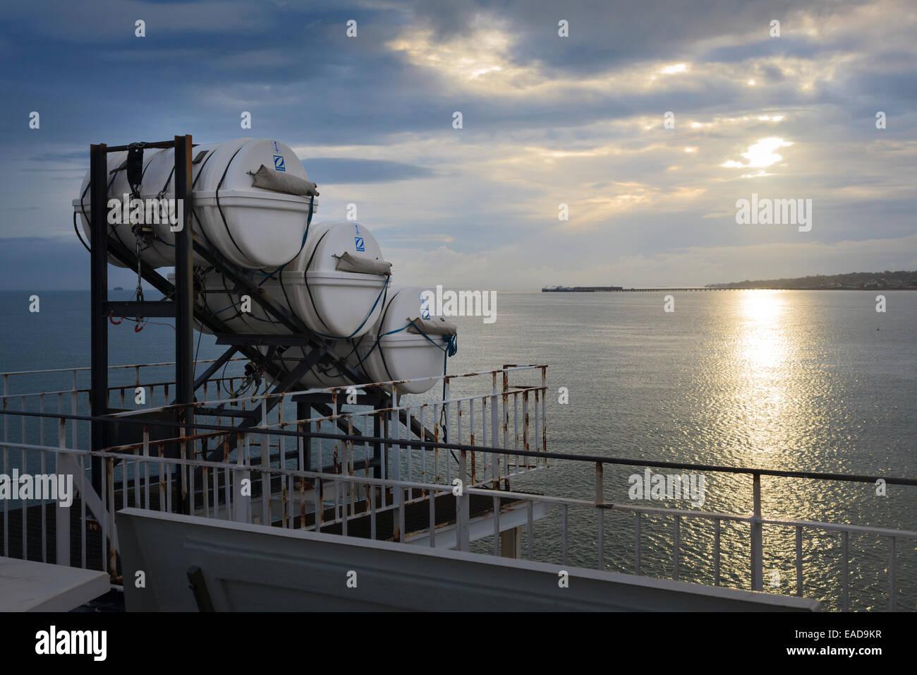 Implementación de la balsa salvavidas Zodiac deslice sobre ferry Imagen De Stock
