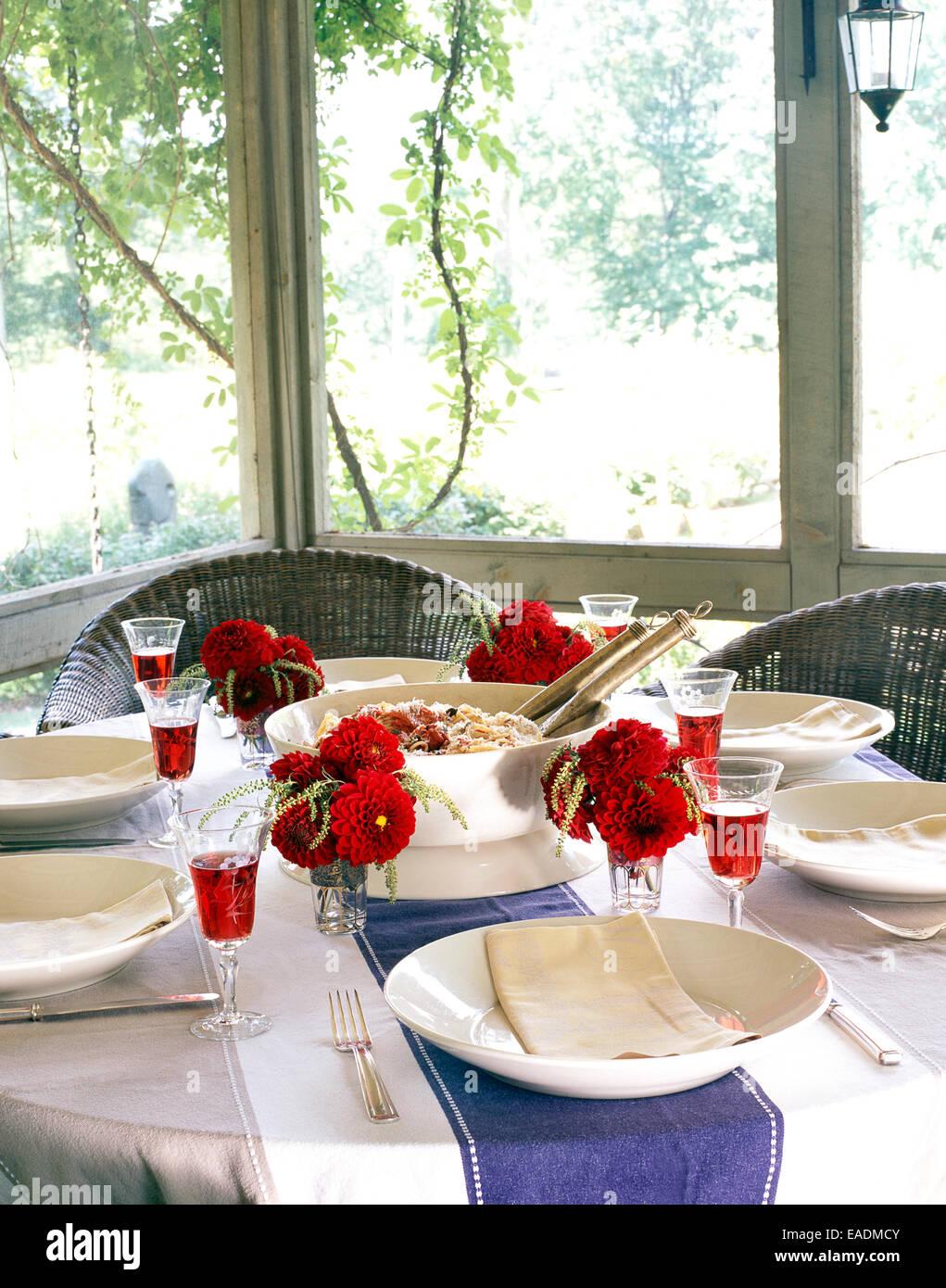Comidas de Verano sobre mesa en zarandado en el porche Imagen De Stock