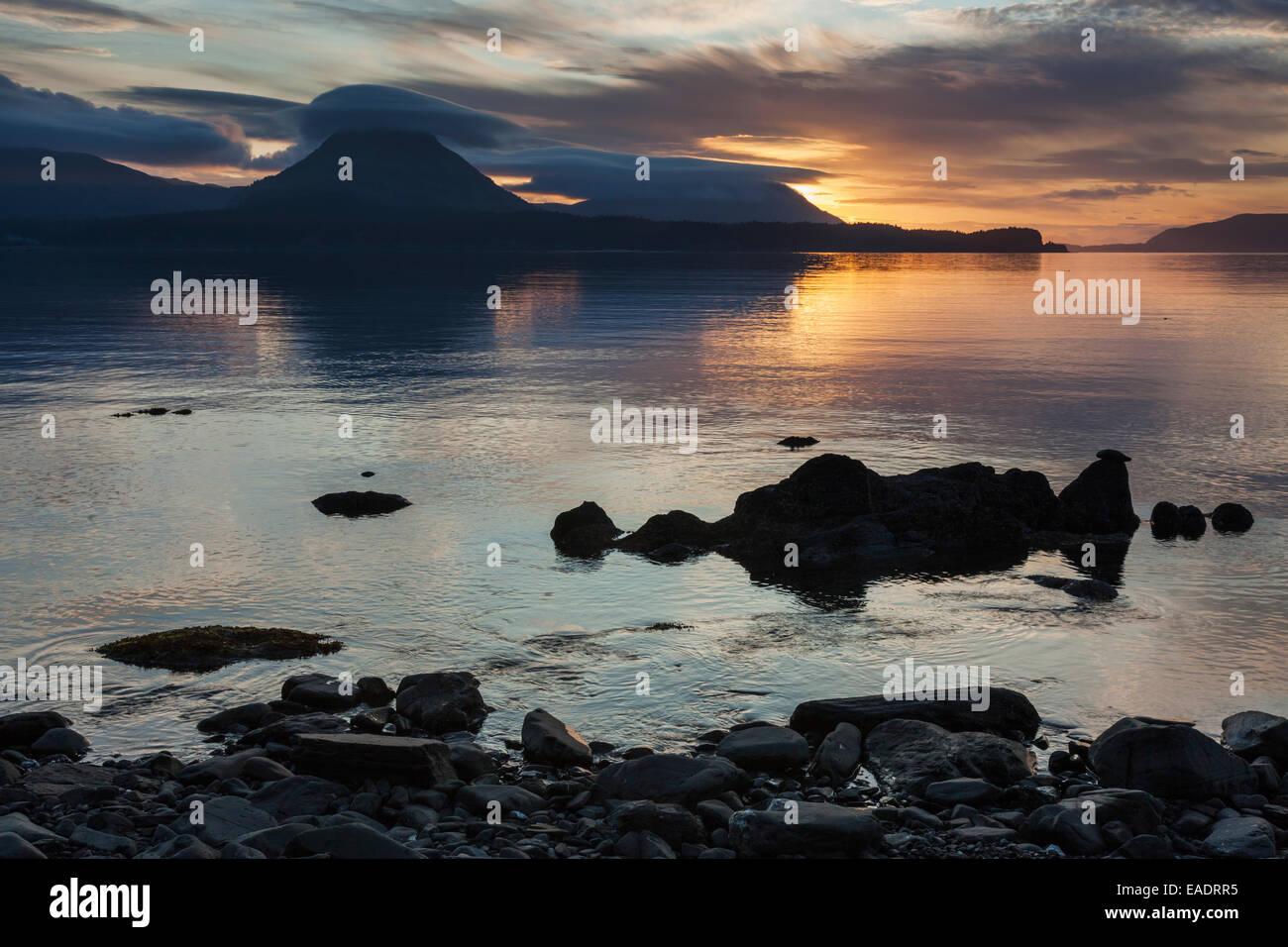 Puesta de sol a lo largo de las costas de Ambercrombie State Park, la isla Kodiak, Alaska. Imagen De Stock