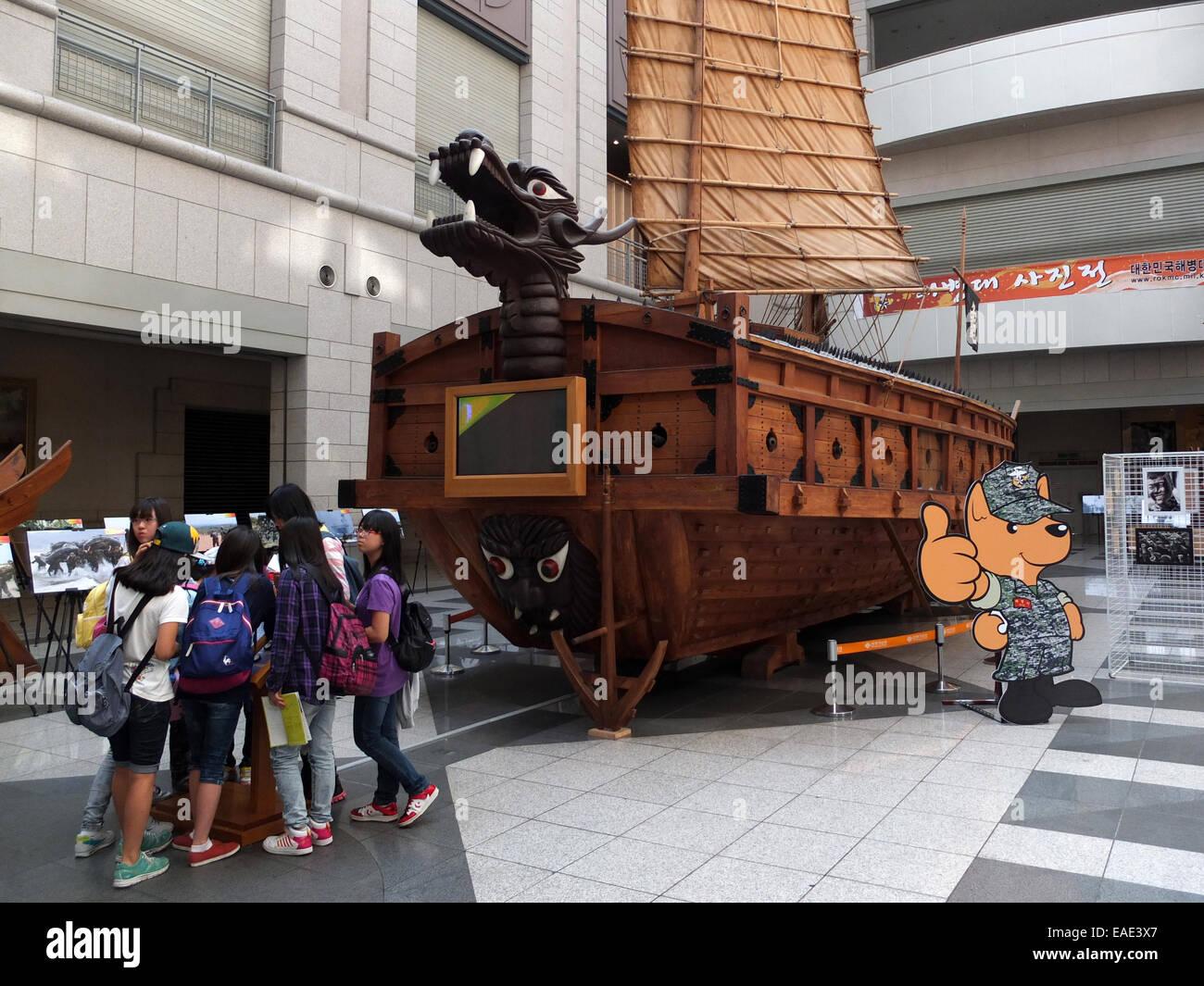 Corea del Sur: barco tortuga en el Monumento Conmemorativo de la guerra de Corea, Seúl. Foto de 22. Septiembre 2012 Foto de stock