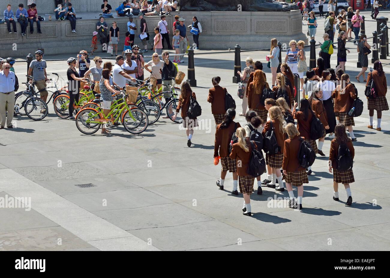 Londres, Inglaterra, Reino Unido. Trafalgar Square: colegialas en uniforme en una excursión escolar, y una Imagen De Stock