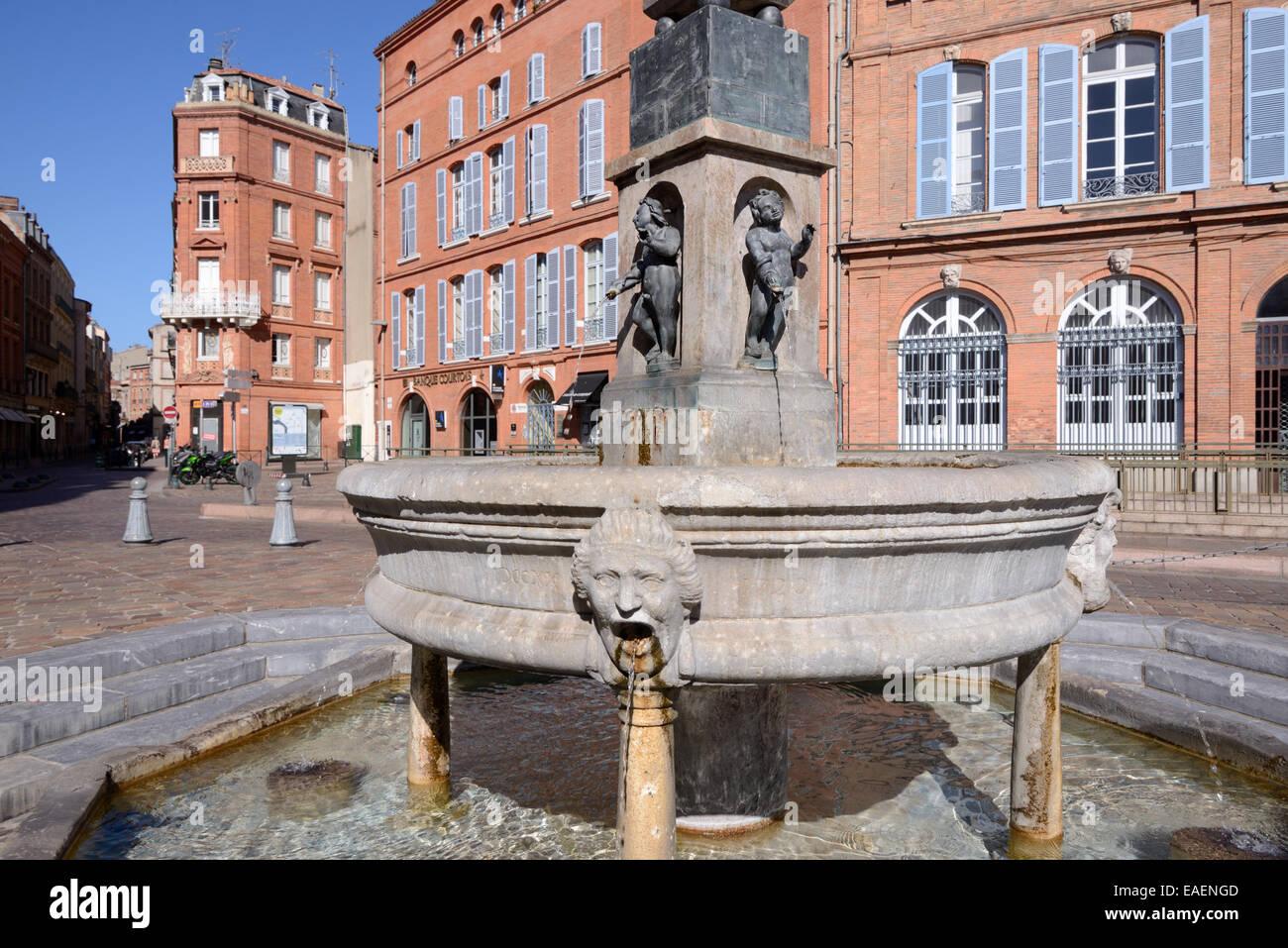 Fuente de la calle en lugar de Etienne o Plaza de la ciudad y arquitectura de ladrillo rojo Toulouse Francia Imagen De Stock
