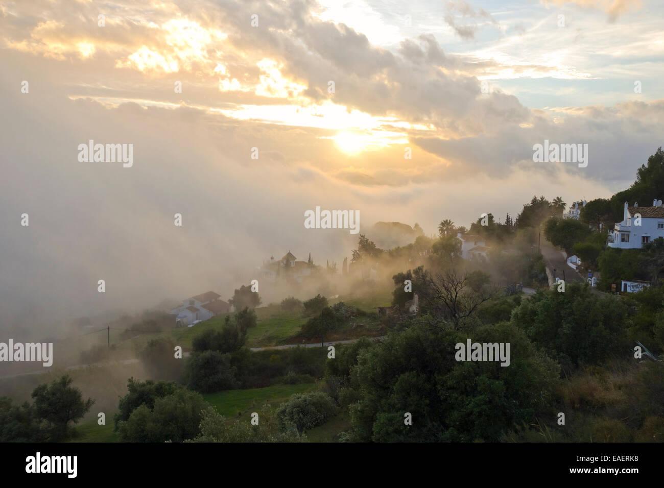 Nubes de Stratus bajos en el campo de Mijas, niebla niebla. Andalucía. España. Foto de stock