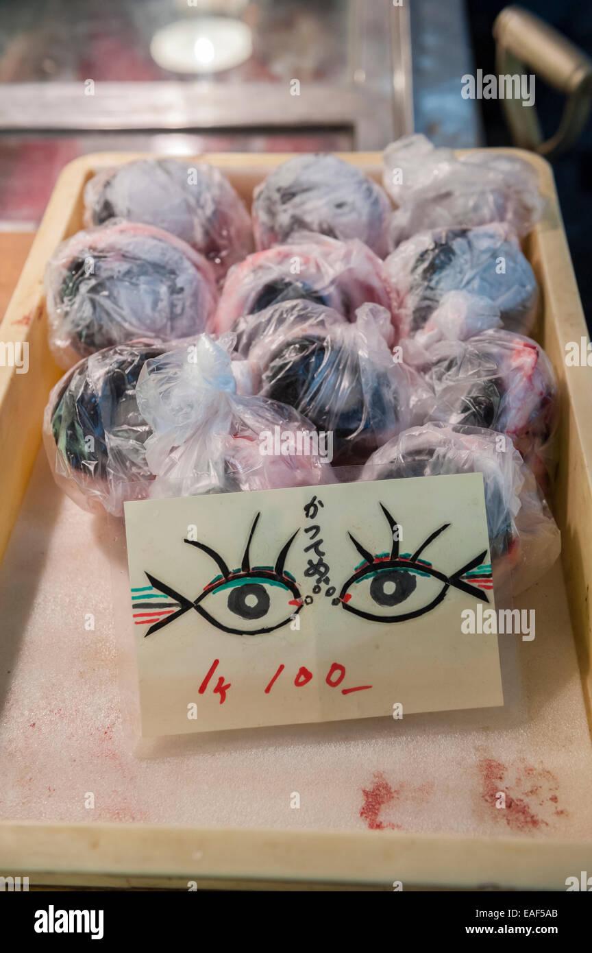 Rabil globos oculares para la venta, Thunnus albacares, del Mercado de Pescado de Tsukiji, en Tokio, Japón Imagen De Stock
